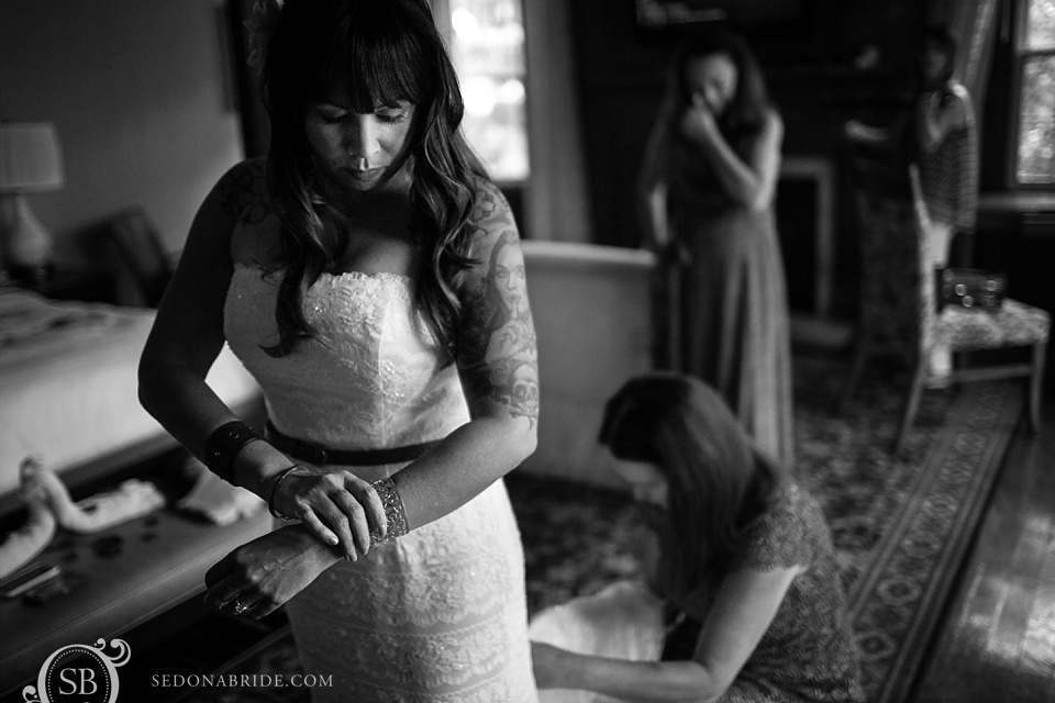 Sedona bride prepares for her wedding at L'Auberge de Sedona
